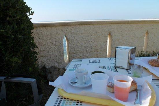 B&B La Terrazza sul mare : colazione in giardino