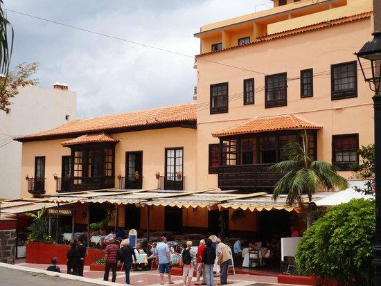 Marquesa Hotel: Das Hotel von der Strasse her gesehen.
