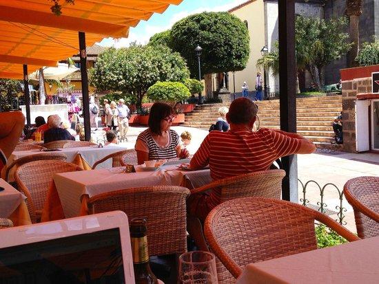 Marquesa Hotel: Die gemütliche Promenadenterrasse auf der abends eine dezente Volksmusik gespielt wird.