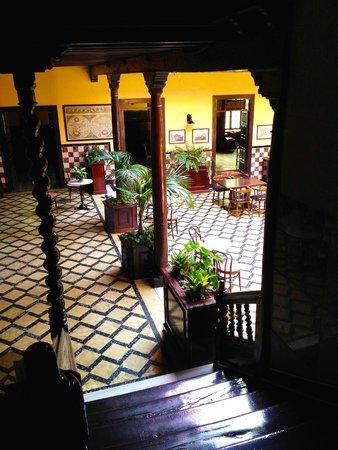 Marquesa Hotel: Blick auf den schönen Patio von der Galerietreppe.