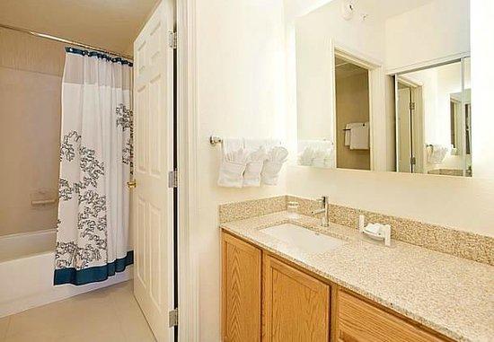 Residence Inn Austin Round Rock : Suite Bathroom