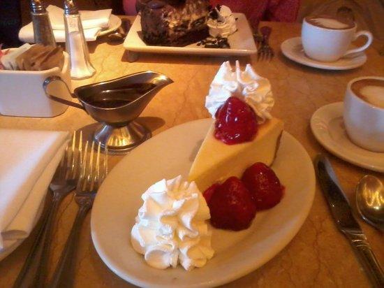 The Cheesecake Factory: Cheesecake clásico acompañado por salsa de chocolate