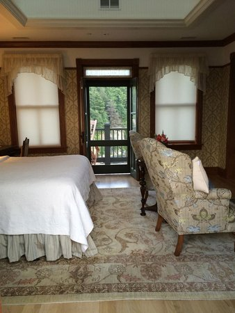 Mohonk Mountain House : view of room from one balcony looking to other