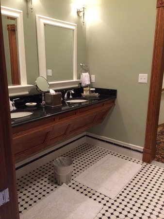 Mohonk Mountain House : double vanity and huge bathroom
