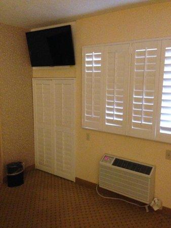 """Laguna Brisas Hotel: Room w/TV and """"short"""" closet"""