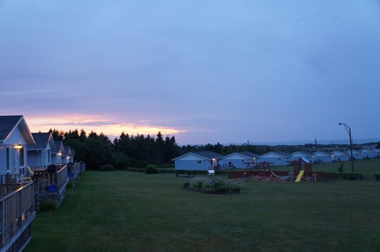 Cavendish Bosom Buddies Cottages and Suites : sunset over the cottage