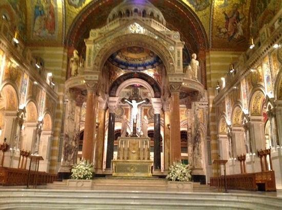 Cathedral Basilica of Saint Louis: the altar