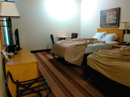 Red Roof PLUS+ Tempe - Phoenix Airport: Beds (pardon the mess, we were on our way out)