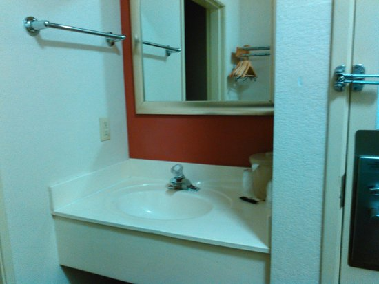 Red Roof PLUS+ Tempe - Phoenix Airport: Bathroom Sink (Located outside the rest room)