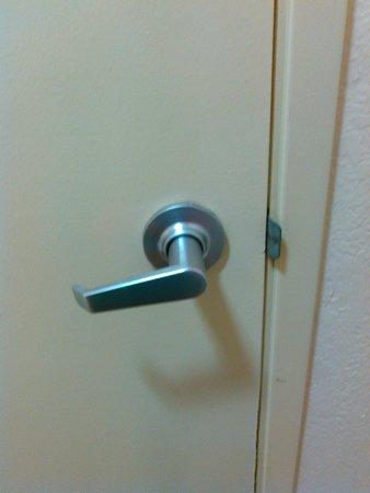 Red Roof PLUS+ Tempe - Phoenix Airport: Bathroom door (No lock!)