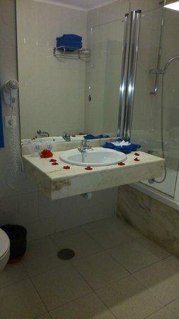 Aparthotel Paradise Island: baño amplio y nuevo