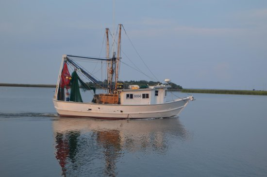 Apalachicola River Inn : Shrimp boats passing by throughout the day and night!