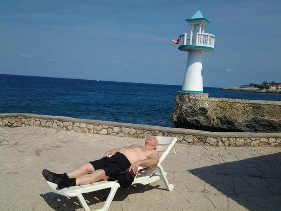 Negril Escape Resort & Spa : Есть лежаки на берегу.