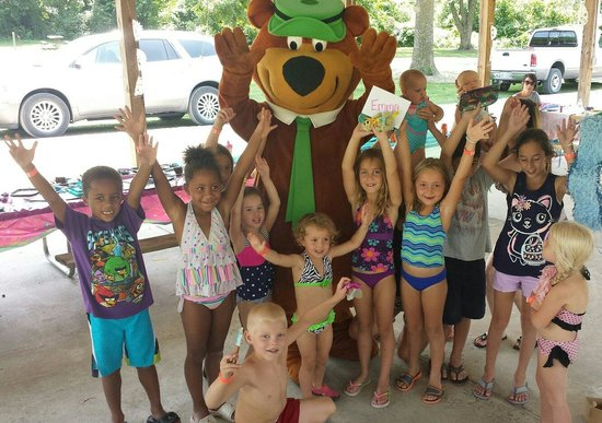 Kansas City Jellystone Park : Yogi and kids at party