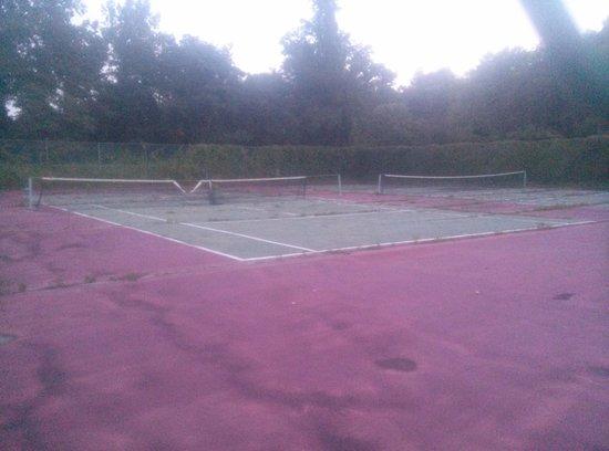 The Tides Motor Inn : Tennis anyone?