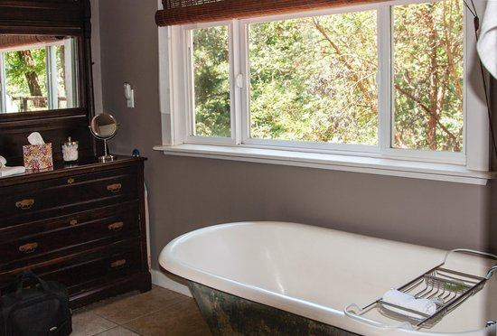 Coho Cottages: Tub with a view.