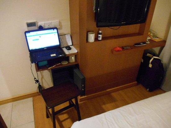 Cititel Express Kota Kinabalu: Double Bedroom desk, safe & stool