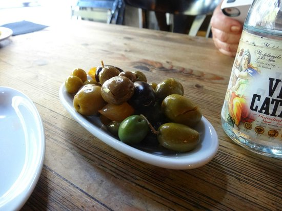 Bar Mut: Delicious olives (house mix)