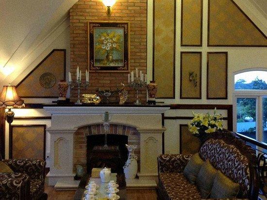 Villa Vista Hotel: Lounge/Dining Area with Fireplace