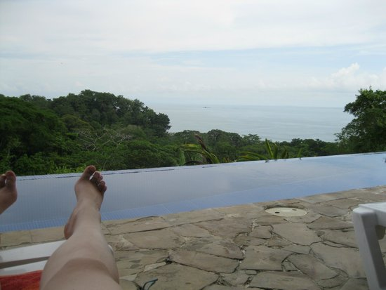 TikiVillas Rainforest Lodge & Spa: lounging at the pool