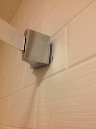 Staybridge Suites Orlando Airport South: shower curtain rod pulled out of wall