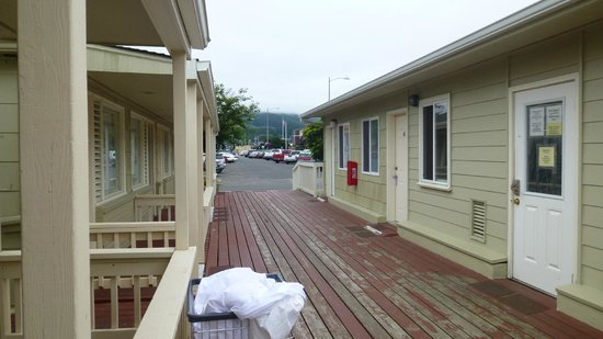 City Center Motel: Another view to the street