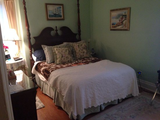 Redwood Bed & Breakfast : Our beautiful room.