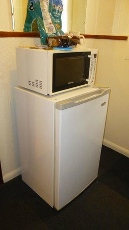 City Center Motel: Refrigerator and Microwave