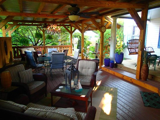 1825 Inn Bed and Breakfast: This porch/deck was wonderful!