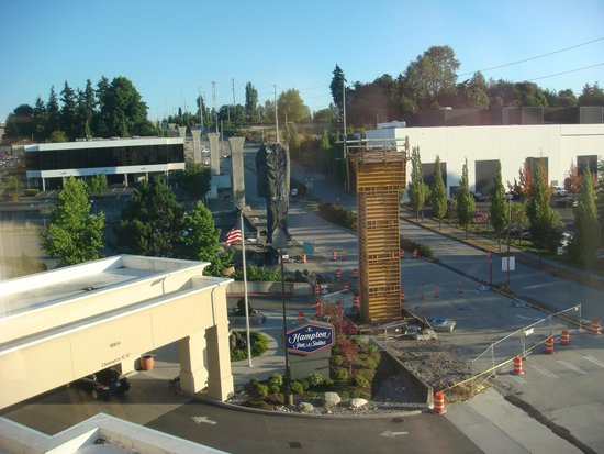 Hampton Inn and Suites Seattle-Airport/28th Ave: Inside hotel from 5th floor photo the front street