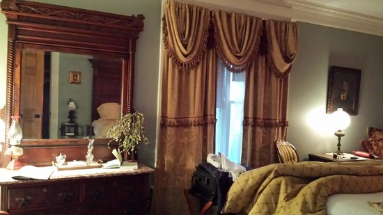 Rose Heart Inn: Spacious bedroom with nice windows