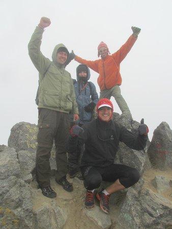 Hostal Refugio Terra Esperanza: At the summit of Vulcan Imbabura with Emerson (orange jacket)