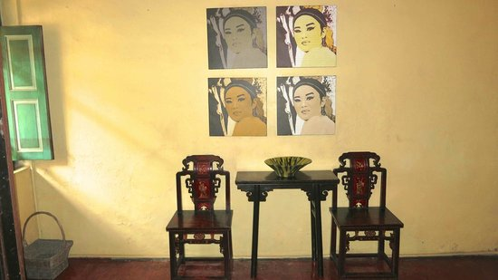 Coffee Atelier: Art in entry hall