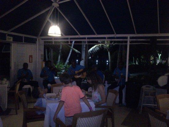Decameron Marazul: Show típico no restaurante