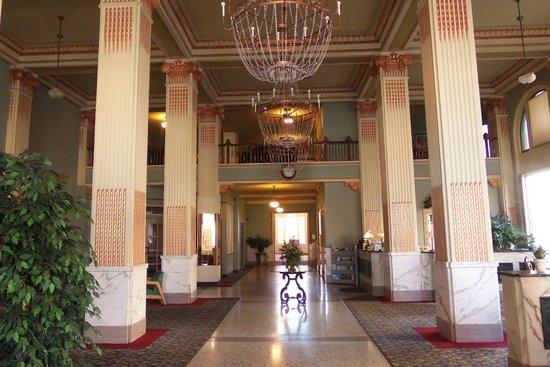 Finlen Hotel and Motor Inn: Hotel Lobby