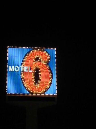 Motel 6 Las Vegas - Tropicana: さすがべガス!看板もネオン