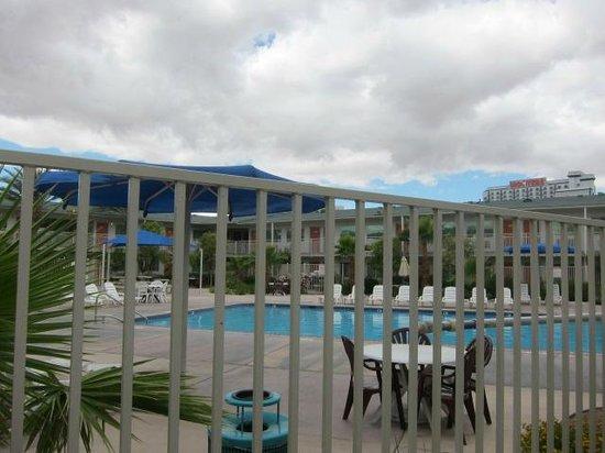 Motel 6 Las Vegas - Tropicana: プールもあります