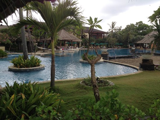 Patra Jasa Bali Resort & Villas: Pool with restaurant behind