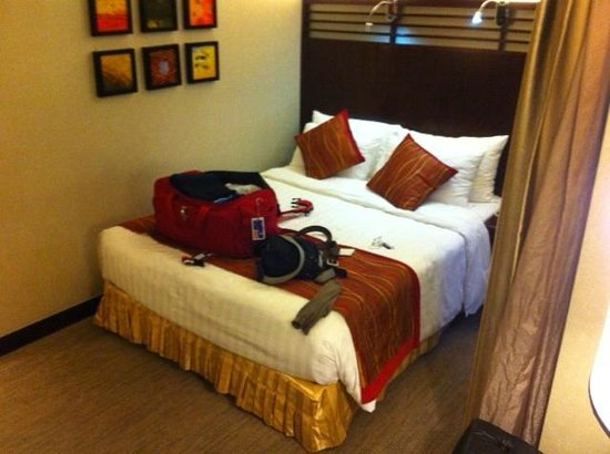 Nathan Hotel : bed against wall