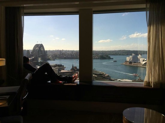 Shangri-La Hotel Sydney: Chilling on the window seat