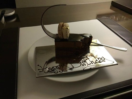 Shangri-La Hotel Sydney: Lovely piece of delicious cake from the hotel