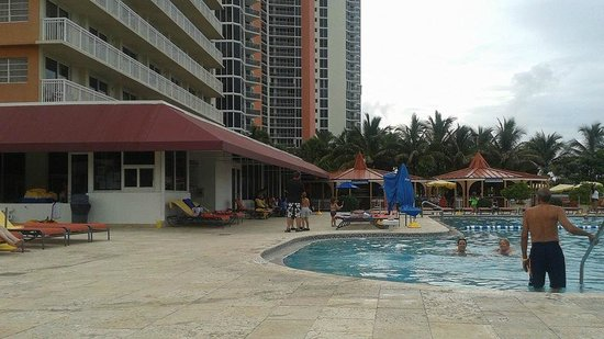 Ramada Plaza Marco Polo Beach Resort: Pool area on a cloudy day