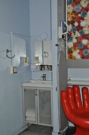 Stay on Main Hotel and Hostel : Sink, light feature, hand chair