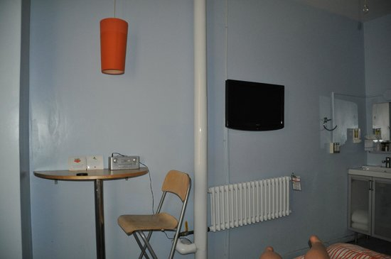 Stay on Main Hotel and Hostel: TV, desk, heater