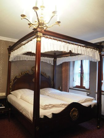 Burghotel: Royal bed