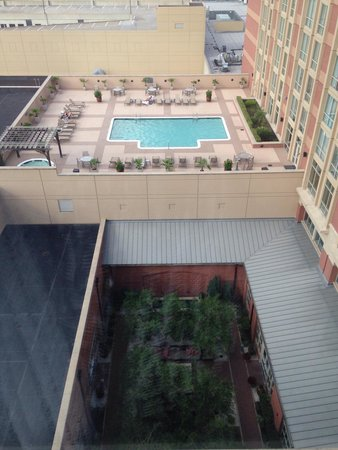 Sugar Land Marriott Town Square : View of the rooftop pool from the 9th floor suite.