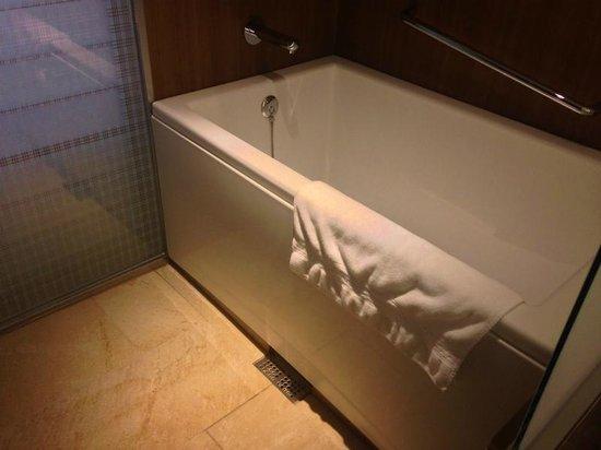 Hilton Osaka : 改修後のバスルーム