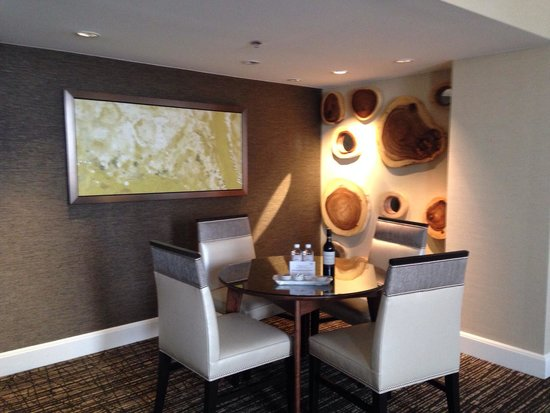 Sugar Land Marriott Town Square : 9th floor suite dining area