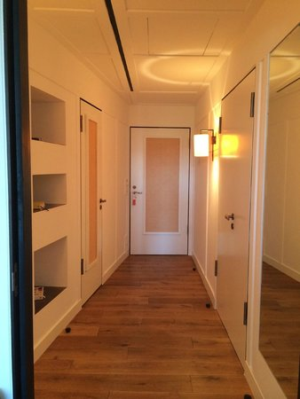 LOUIS Hotel: Junior suite - corridor