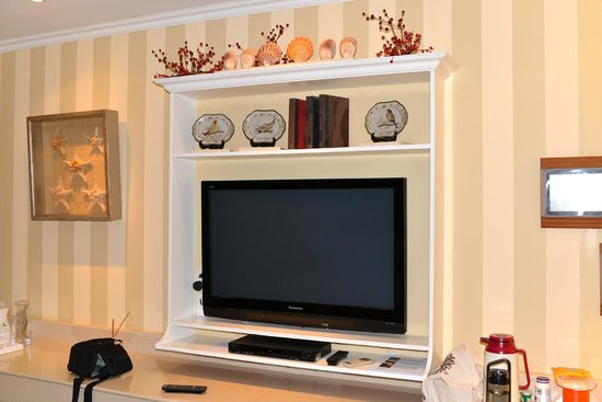 The Inn at Cliffhouse Tagaytay: TV in place of a fireplace